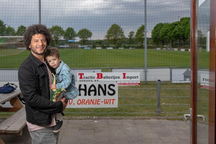 Roberto van der Tier,  met zoon Reza, gaat als trainer aan de slag bij Oranje Wit.