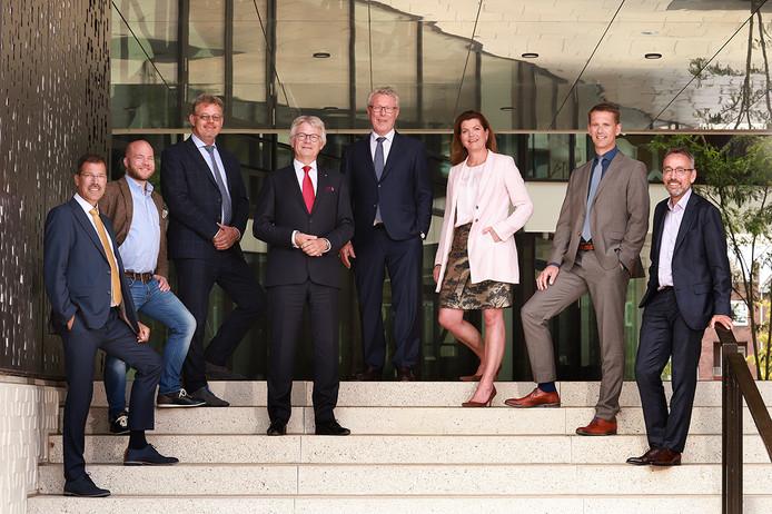 Het dagelijks bestuur van de provincie Gelderland. Met vlnr: Peter van 't Hoog (ChristenUnie), Peter Kerris (PvdA), Peter Drenth (CDA), John Berends (commissaris van de Koning), Jan Markink (VVD), Christianne van der Wal (VVD), Pieter Hilhorst (algemeen directeur) en Jan van der Meer (GroenLinks)