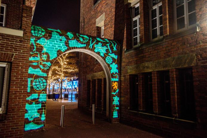 De os en de koe op het bordes van het voormalige raadhuis worden 14 december pas verlicht. De boog op het Raadhuisplein staat er al wel 'blauw' bij.