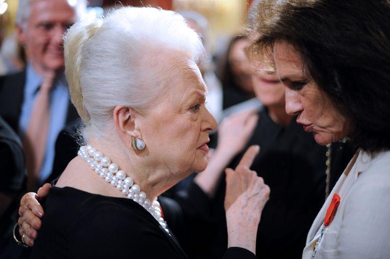 De Havilland werd in 2010, samen met Jacqueline Bisset (r), opgenomen in het Franse Legion d'Honneur. Beeld AFP