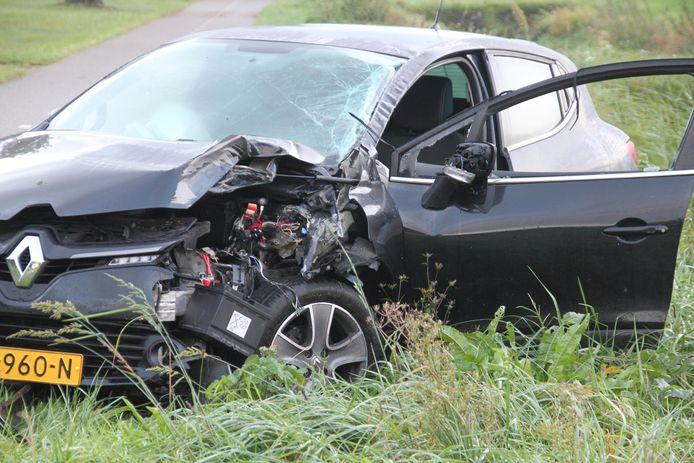 De zwaar beschadigde Renault.