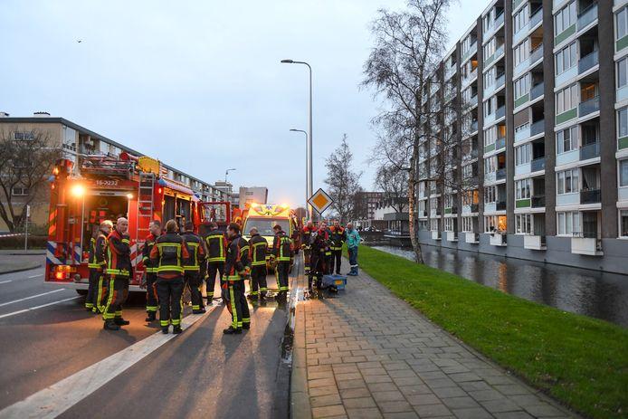 Medewerkers van de hulpdiensten staan bijeen op de Anna van Burenlaan in Alphen, nadat ze het lichaam van de overleden Piet Bezemer in de vaart hebben aangetroffen.