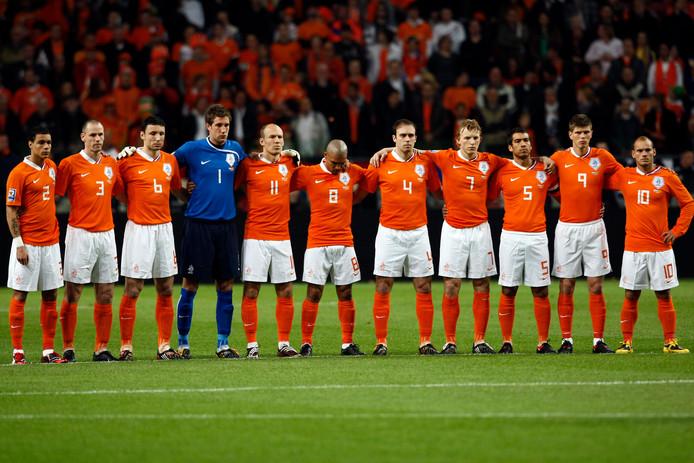 Een minuut stilte voor Oranje - Macedonië voor de slachtoffers van de stadionramp in Ivoorkust in 2009. Negentien mensen kwamen daarbij om het leven.