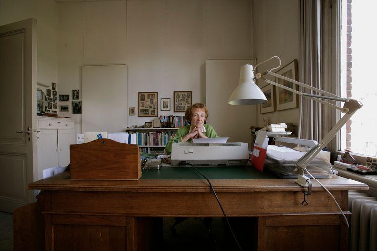 Marga Minco in 2005 in haar werkkamer te Amsterdam-Oost. Beeld Mark Kohn