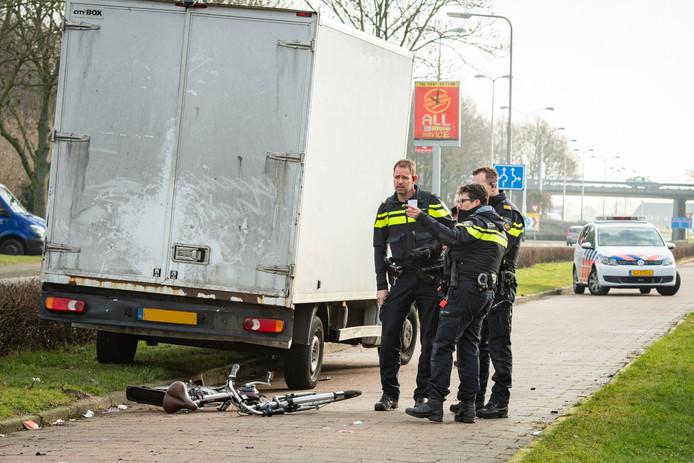 De politie doet onderzoek na een ongeval tussen een fietser en een vrachtwagen.