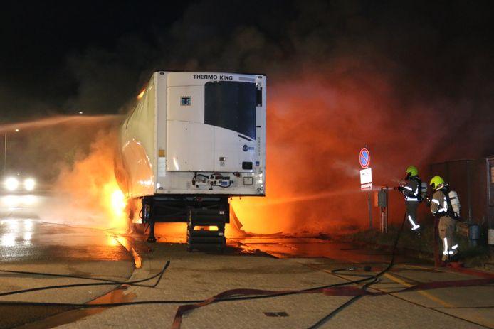 Door snel optreden van de massaal uitgerukte brandweer kon worden voorkomen dat het vuur oversloeg naar de benzinepompen.