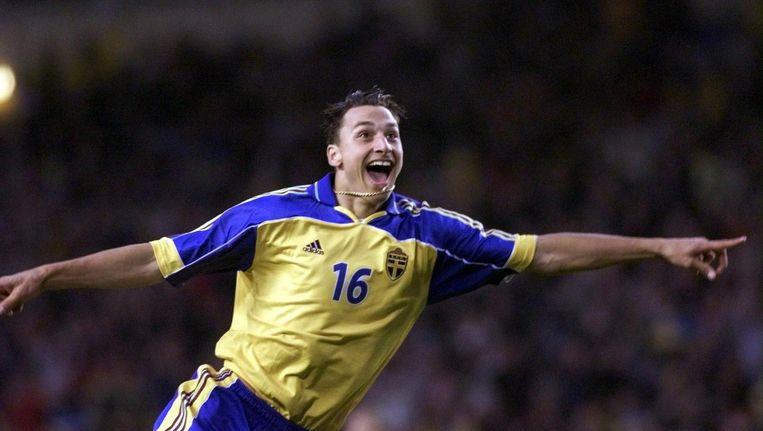 Een jonge Zlatan in actie voor Zweden (2001) Beeld anp