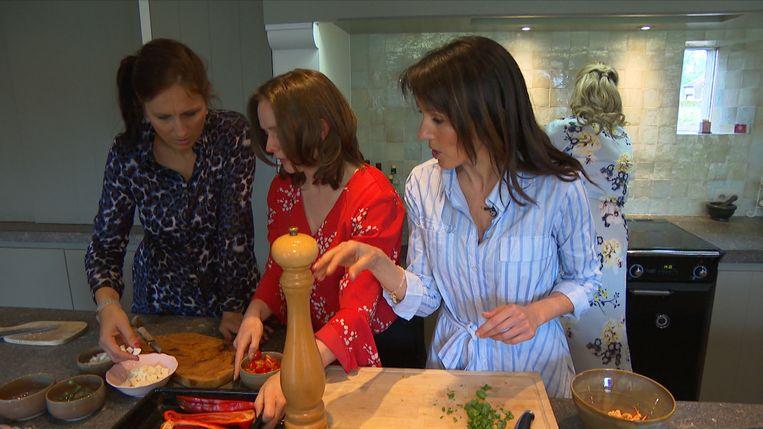 De verschillende ouders kwamen samen om te koken met Sandra Bekkari
