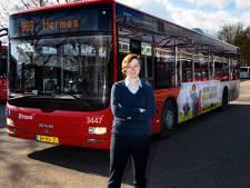 Deze buschauffeuse gaat mee in de vrolijkheid van carnaval