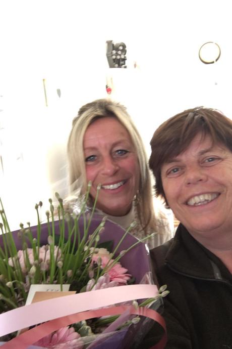Bloemen voor Juf Judy na redden van Schots hooglandertje