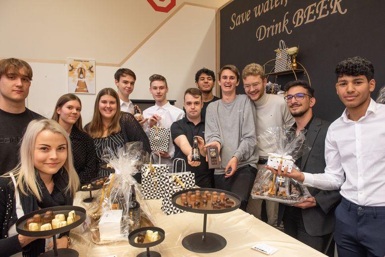De leerlingen baten een winkel uit vol chocolade en bier.