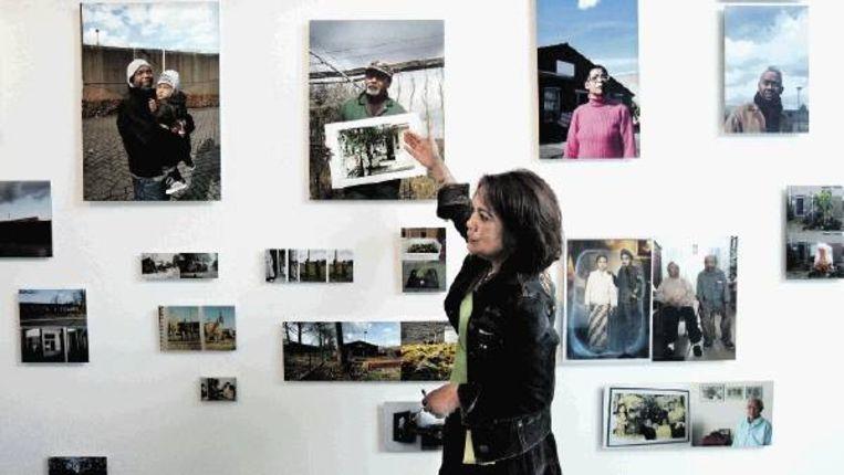 Louise Parihala bij foto¿s van het leven van Molukkers in Kamp Vught. Ook andere functies die het voormalig concentratiekamp na de oorlog kreeg zijn vastgelegd. (FOTO KOEN VERHEIJDEN) Beeld