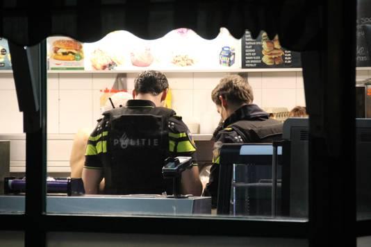 De politie doet onderzoek na de overval op de snackbar aan de Erasmusweg.
