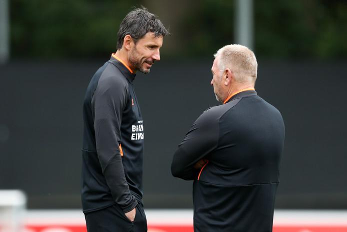 Mark van Bommel en fysiotherapeut Eddy Pepels van PSV praten elkaar bij tijdens het trainingskamp in Verbier.