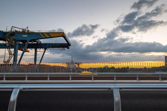 Er zijn vragen over het wegdek op de nieuwe Boekelosebrug over het Twentekanaal.