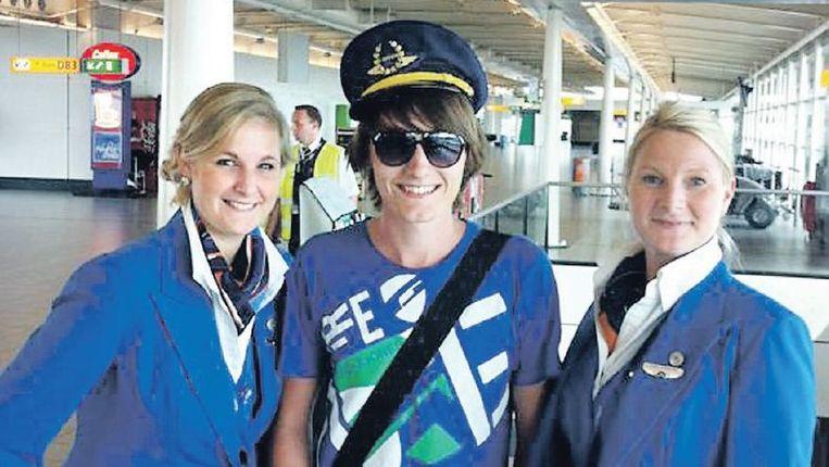 Deze jongen twitterde over zijn wens om piloot te worden. Hij kreeg een pilotenpet cadeau van de stewardessen. Beeld Youtube