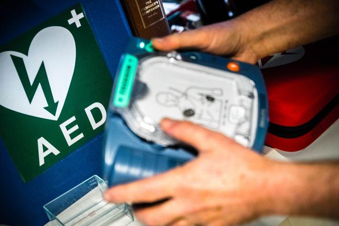 2018-02-21 08:54:25 ILLUSTRATIEF - Een automatische externe defibrillator op de werkvloer. De AED is een draagbaar toestel dat gebruikt wordt bij het reanimeren van een persoon. ANP ROB ENGELAAR