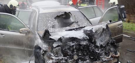 Auto vliegt tijdens het rijden in brand in Loon op Zand, bestuurder ontsnapt net aan de vlammen