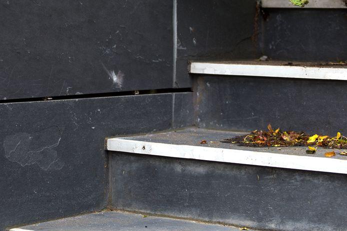Op de trap bij het gebouw Sleijeborgh aan de Lijsterweg zijn zondagochtend de kogelgaten zichtbaar.