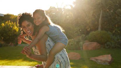 Zit jouw dochter thuis aan de TV genageld? Met deze 5 spelletjes maak je buitenspelen opnieuw leuk (ook bij slecht weer)