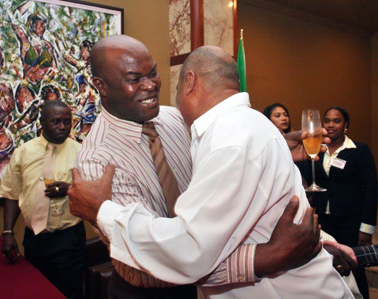 Ronnie Brunswijk (links) en Desi Bouterse, ooit gezworen vijanden,feliciteren elkaar in 2010 na een akkoord over de vorming van een regering. Beeld anp