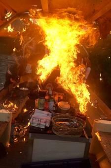 Tieners springen van brandende boot met gastanks in water Biesbosch: 'Het ging heel snel'