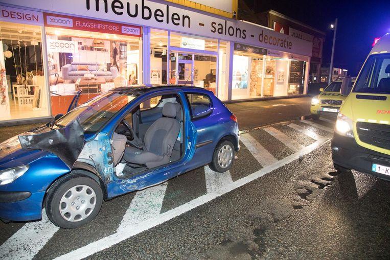 De bestuurder is uit zijn auto bevrijd.