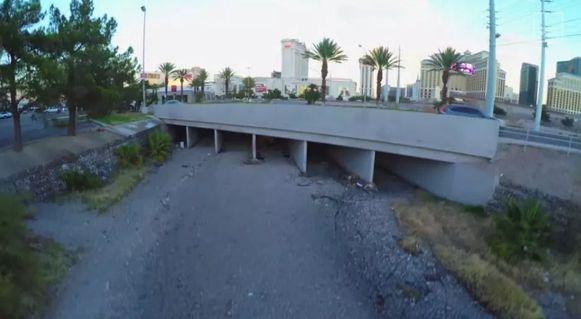 De ingang van het ondergrondse complex bevindt zich onder een drukke snelweg.