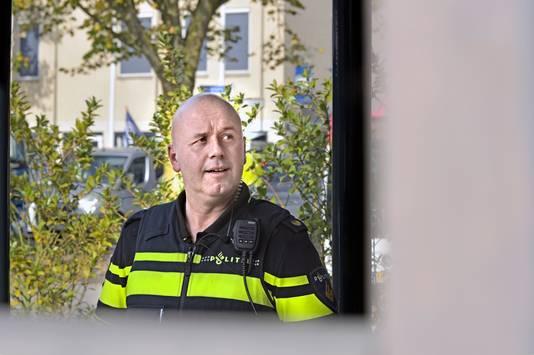 ,,Als er iemand in de buurt is met hartproblemen, krijgen we er ook nog een reanimatie bij'', zegt wijkagent Jeroen Caerteling.