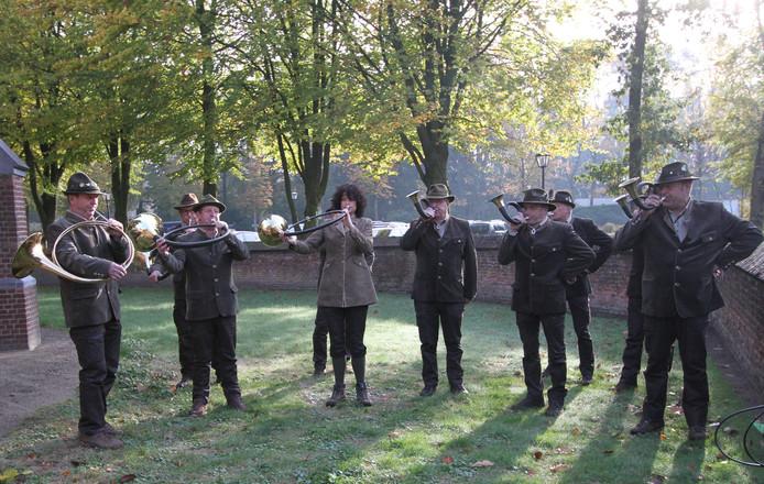 De Kempische Jachthoorngroep, die zaterdag de Hubertusviering in en om de kerk opluisterde.
