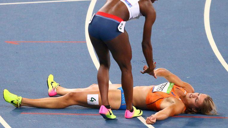 Schippers ligt uitgeteld op het tartan na de finale van de 200 meter. Beeld photo_news