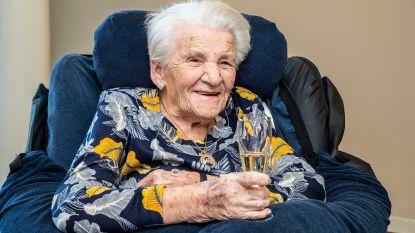 Agnes Debaeke viert 105de verjaardag met glaasje cava