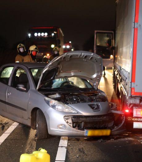 Auto en truck botsen tegen elkaar op N279 bij Veghel, gewonde naar ziekenhuis