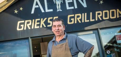 Alian schrikt zich 'dood' als politie met man en macht zijn grillroom in Wezep binnenvalt, na anonieme tip over wapens