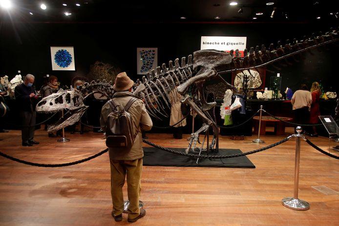 Het skelet van de allosaurus in veilinghuis Drouot in Parijs.