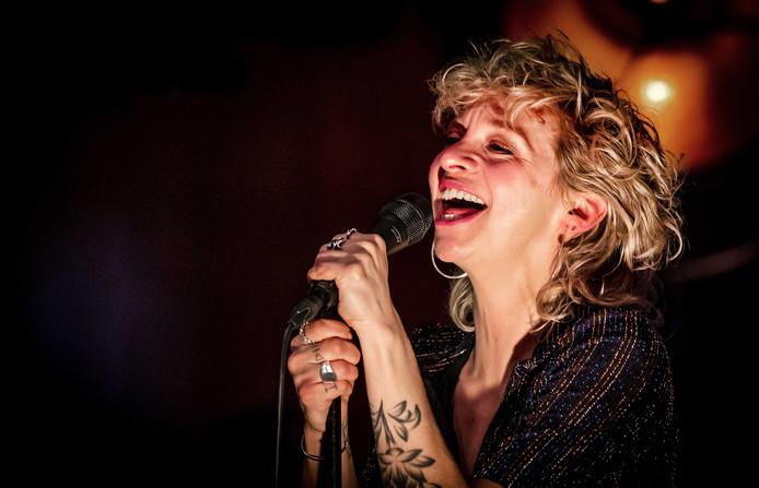 Jacqueline Govaert van Krezip tijdens de showcase bij Radio 538.