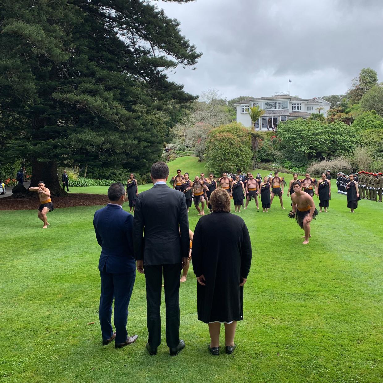 Premier Mark Rutte wordt met een traditionele Maori-dans verwelkomd tijdens zijn bezoek aan Nieuw-Zeeland.