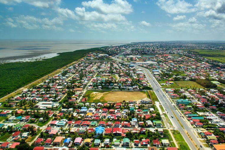 Langs de kust van Guyana loopt een door Nederlanders bedachte zeemuur. Beeld Sander Groen