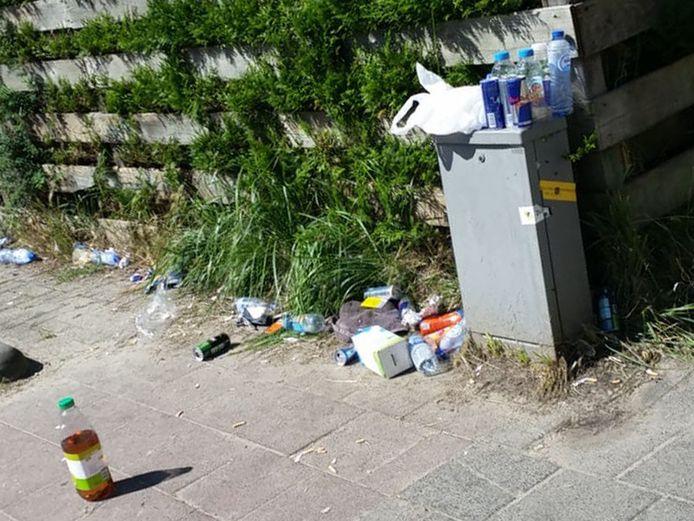 Het Watergangpolderplein in de Goudse wijk Goverwelle ligt geregeld bezaaid met afval.