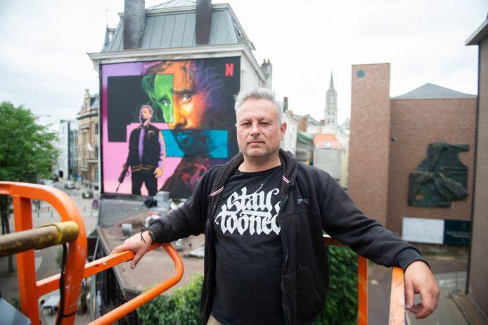 Graffitikunstenaar SMOK bij zijn nieuwe muurschildering van Matthias Schoenaerts op de Leopoldplaats.
