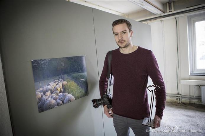 Fotograaf Robin Hilberink met zijn winnende foto.