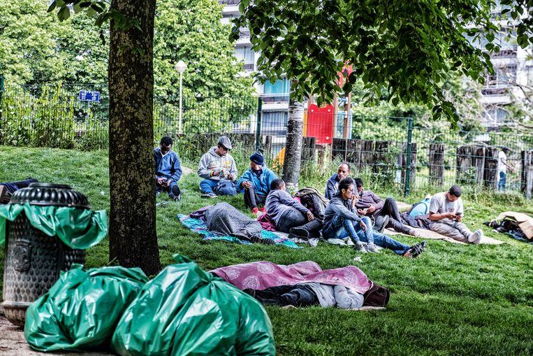 Transmigranten die uit het noord station zijn verdreven en geen plaats hebben gevonden in daklozen centra, zijn verhuisd naar het Maximiliaanpark.