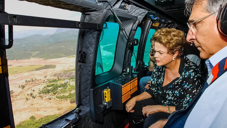 De Braziliaanse president Dilma Rousseff bezoekt de plaats van de ramp per helikopter.