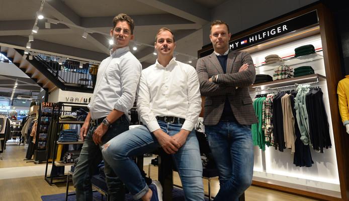 Bas de Zeeuw (m) links Tjalle Story en Niels van Norel over modespektakel