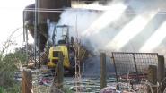 VIDEO: Tractor van landbouwbedrijf vat vuur en zet zo  hooistapel in brand