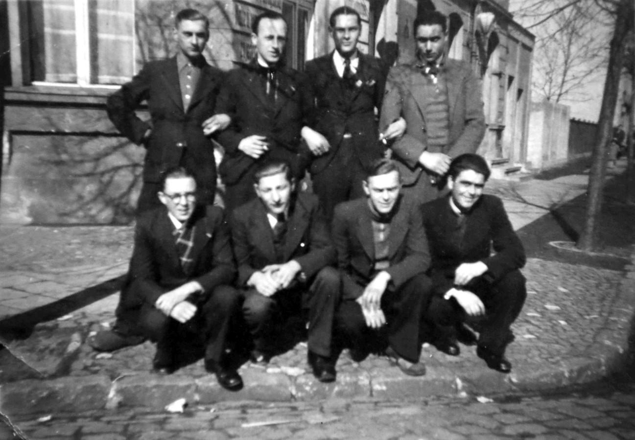 Een club Zeeuws-Vlaamse tewerkgestelden in het Duitse Eberswalde. Hurkend, links vooraan met bril zit Jan den Hamer uit Hoek. Staand van links naar rechts: David de Puijt (Oostburg), Staf Nijssen (IJzendijke), Staf Tiersen (Aardenburg), onbekend. Hurkend van links naar rechts naast Jan den Hamer: Jaap Scheele (Terneuzen), Gijs Schippers (Terneuzen) en Bram Haak (Axel).