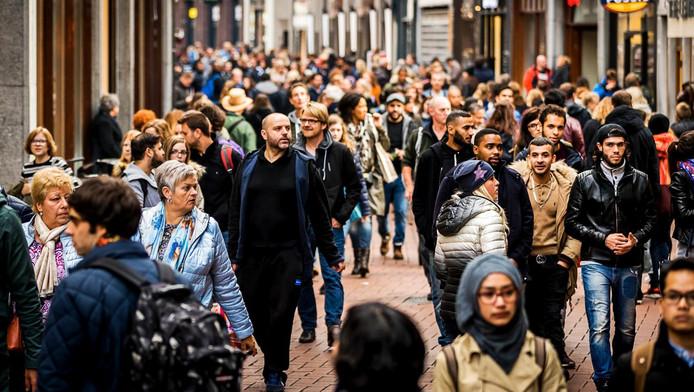 Een drukke Kalverstraat in Amsterdam.