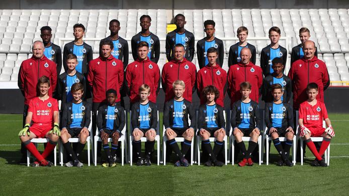 De U14 van Club Brugge, met staand in het midden trainer Carlo van Grimberghe.