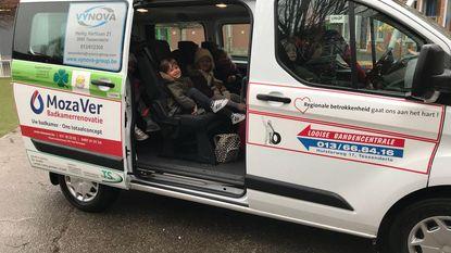Handelaars sponsoren busje voor school
