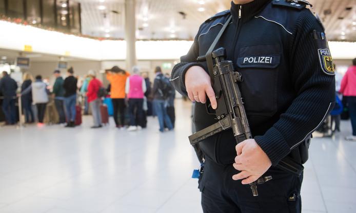 Op de luchthaven van Stuttgart en andere Duitse luchthavens patrouilleren sinds woensdagavond zwaar beveiligde politiemensen.